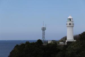 東屋庭園から撮影した潮岬灯台